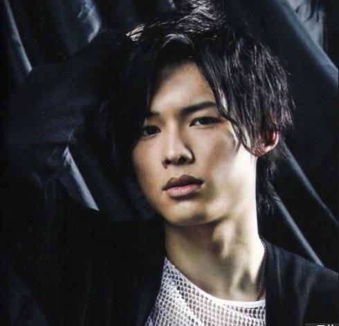 【遭遇情報】SixTONES松村北斗が高校のバレー部で撮影!新宿でもスーツ姿で?