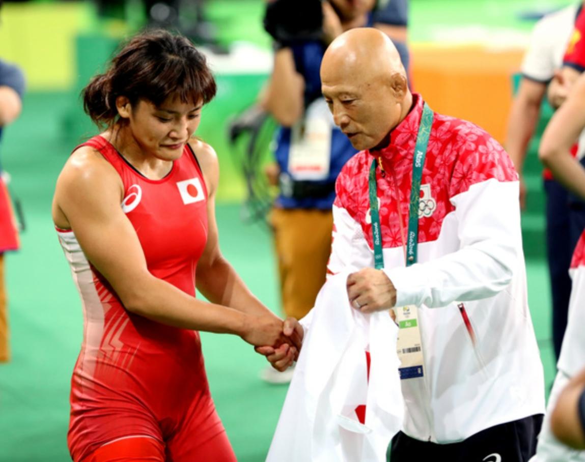 リオ五輪で金メダルを獲得し握手する伊調選手と栄氏_2016年8月
