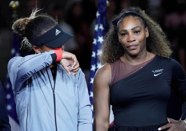 全米オープンテニスの女子シングルス表彰式でブーイングに涙する優勝者の大坂なおみ。右は準優勝のセリーナ・ウィリアムズ(ロイター)