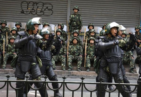 中国・新疆ウイグル自治区ウルムチを警備する治安部隊=2009年7月(AP)