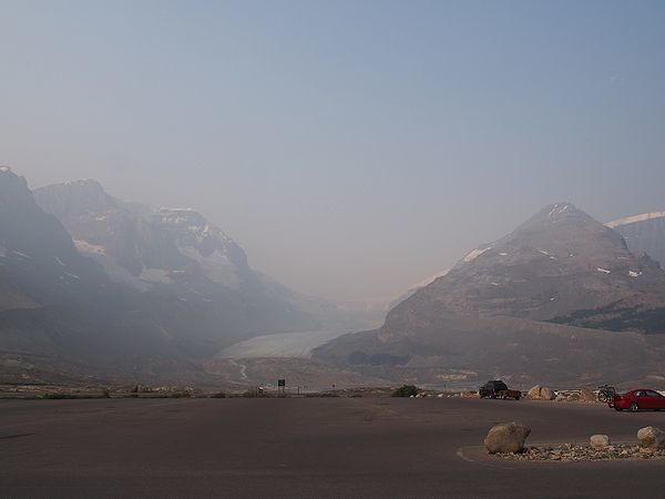 朝もやのアサバスカ氷河