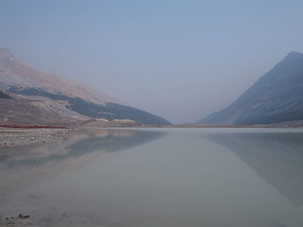 アサバスカ氷河の麓の池
