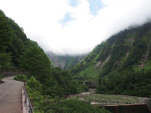 称名滝への道