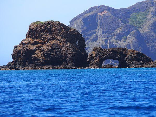 兄島沖の奇岩