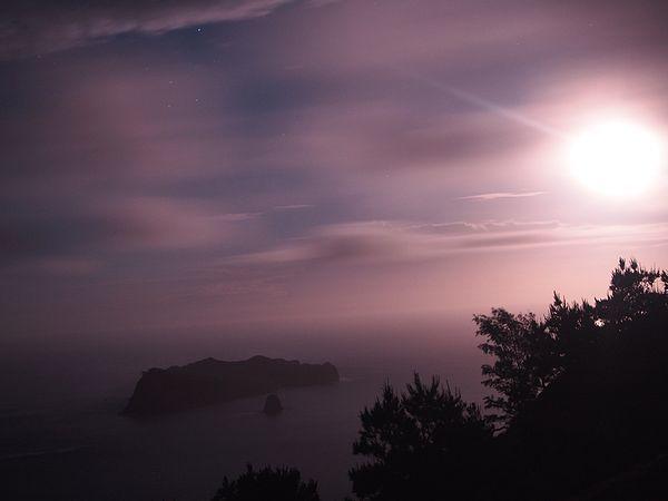 父島東海岸からの月