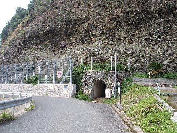 石見畳ヶ浦へのトンネル