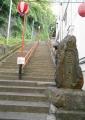 上りの石段(右は豊川山の石碑)
