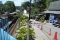 左は極楽寺駅、右売店のとなりが極楽寺