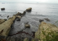 岩礁の向こうに見える房総