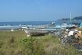 浜に打ち上げられた漁船