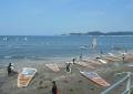 ウインドサーフィンの浜?(沖合左に島の一部が見える)