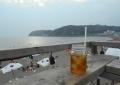 海の家の屋上デッキから眺める逗子海岸