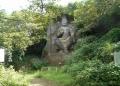 木々の間から見る磨崖仏