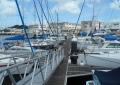 浮き桟橋に係留されたヨット