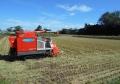 稲が刈り取られた田と稲刈り機