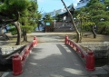 朱塗りの弁天橋を渡ると神社の祠が