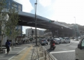 国道16号に架かるシーサイドラインの線路(右奥は京急金沢八景駅)