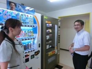 フードの自動販売機をご覧頂いています♪