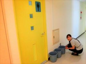 トイレ入口前に設置しました