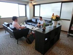 菅野様と伊藤様が、お仕事についてお話しされています