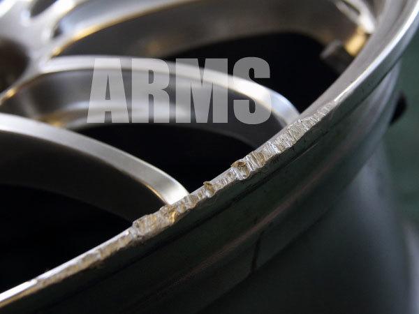 抉れたホイールのリムを修理するアームズ