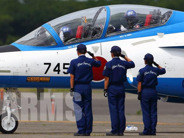 ブルーインパルスのパイロットと整備員