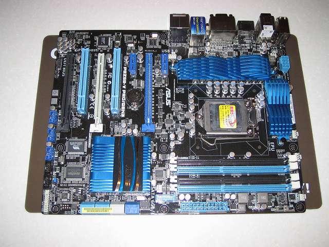 作業用シリコンマット Groovy(タイムリー) SiliconMat GR-SIL002L に ASUS P8Z68-V PRO/GEN3 を置いたところ