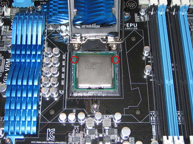 ASUS P8Z68-V PRO/GEN3 LGA1155 CPU ソケットに BIOS アップデートのため旧 BIOS バージョンに対応している Intel Celeron G540 CPU をゆっくり落とさないように装着、装着時に CPU ソケットの突起物と CPU 本体の半円状切り欠き部分に合わせる