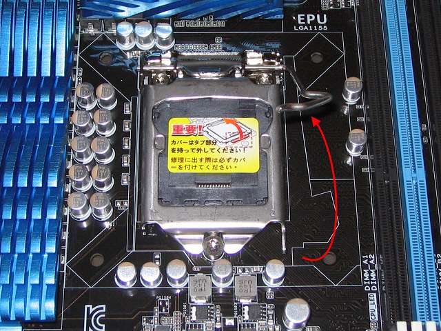ASUS P8Z68-V PRO/GEN3 LGA1155 CPU ソケット ロック解除、スライドして外したレバーをゆっくり持ち上げる