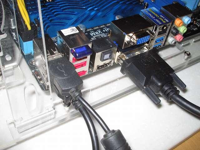 ASUS P8Z68-V PRO/GEN3 UEIF BIOS 画面の操作するため、USB キーボード・マウスを接続、マザーボード DVI 端子に液晶モニターの DVI ケーブルを接続(この時点ではビデオカードを取り付けていないため)