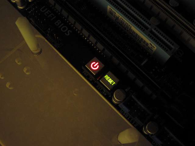 電源ユニットの各種ケーブルを接続すると通電状態になり、ASUS P8Z68-V PRO/GEN3 のパワースイッチ、リセットスイッチが点灯