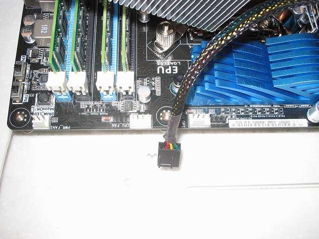 ASUS P8Z68-V PRO/GEN3 の BIOS アップデート後、CPU を Intel Celeron G540 から Intel Core i5-3570 に換装するため CPU クーラーを取り外す、事前にマザーボードから CPU ファンコネクターに接続した CPU ファンケーブルを外しておく(今回の BIOS アップデート作業では短時間作業だったので、CPU ファンは未使用・未接続)、マザーボードに接続している 各種ケーブル類(電源ユニット、Q コネクター、USB ケーブル、モニターケーブルなど)をすべて取り外す