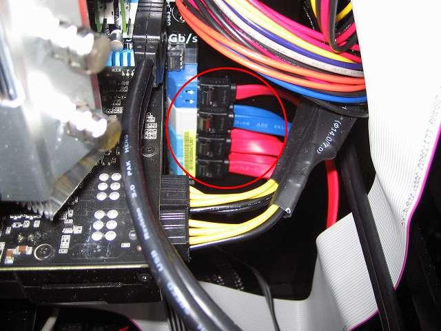 ASUS P8Z68-V PRO/GEN3 Intel SATA ポートにオウルテック SATA3.0 規格準拠ケーブル ロック機構+取っ手付きコネクタ搭載を接続、ケーブルホールに SATA ケーブルを通して裏配線から SATA ストレージデバイスに接続できるようにしておく