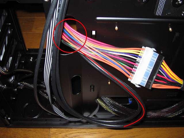 PC ケース Antec Three Hundred Two AB フロント I/O ポートケーブルの USB 3.0 内部マザーボードコネクターを PC ケース中段ケーブルホールに通す