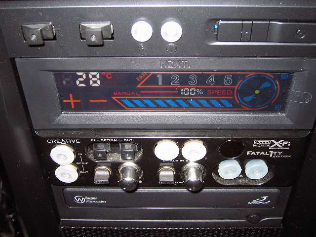 PC ケース Antec Three Hundred Two AB 5.25インチドライブベイに DVD ドライブ、ファンコントローラー NZXT SENTRY 2、Creative Sound Blaster X-Fi Fatal1ty PCI Card 5 インチ I/O ドライブ取り付け完了
