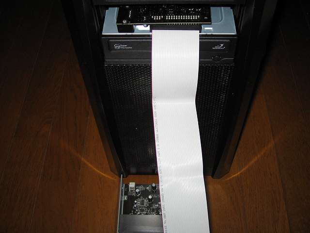 PC ケース Antec Three Hundred Two AB 5.25インチドライブベイから Creative Sound Blaster X-Fi Fatal1ty PCI Card を挿入、5 インチ I/O ドライブの取り付け位置を間違えないように X-Fi サウンドカードの向きに注意する