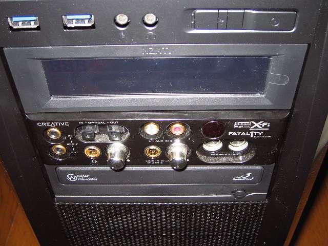 PC ケース Antec Three Hundred Two AB 5.25インチドライブベイから Creative Sound Blaster X-Fi Fatal1ty PCI Card を挿入、5 インチ I/O ドライブの取り付け位置を間違えないようにサウンドカードの向きに注意する、X-Fi サウンドカードを PC ケース内まで入れたら 5 インチ I/O ドライブを 5.25 インチドライブベイに入れる