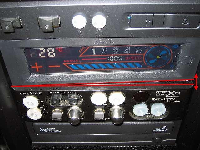 ツールレスロック機能 片側ドライブ固定専用レバーの難点、ファンコントローラー NZXT SENTRY 2 のような奥行きがないためドライブは片側しかないドライブ固定専用レバーでしか固定できないため、ファンコントローラーの液晶部分にタッチした場合に奥に押し込まれてしまいしっかり固定できない