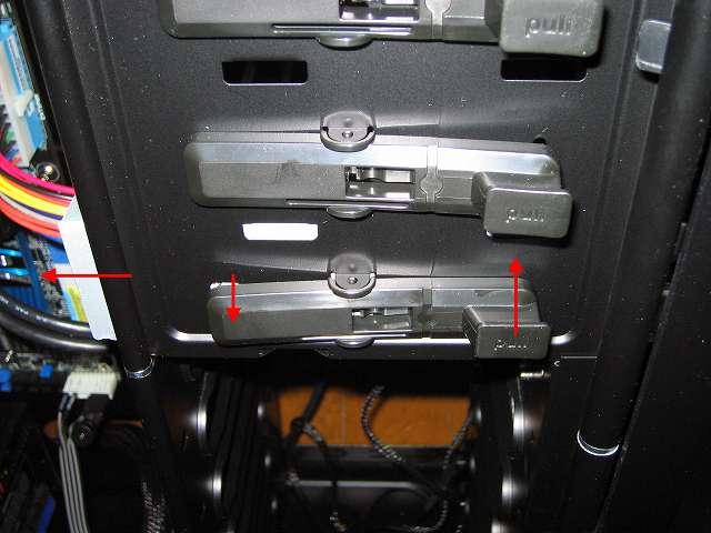 PC ケース Antec Three Hundred Two AB 5.25 インチドライブベイに東芝サムスン SH-222BB+S 取り付け、ドライブ固定専用レバーの後部ツメ部分が DVD ドライブにより持ち上げられ、ドライブ固定専用レバーの前部のネジが DVD ドライブのネジ穴に挿入されドライブが固定される、ドライブを取り出したときはドライブ固定専用レバーの pull 部分を持ち上げてドライブを引っ張る