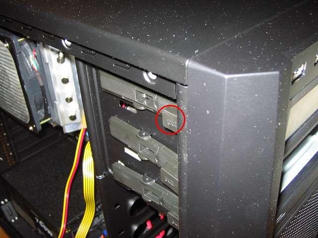 ツールレスロック機能 片側ドライブ固定専用レバーの難点、ファンコントローラー NZXT SENTRY 2 は DVD ドライブのような奥行きがないため、ドライブ固定専用レバーの前部のネジだけでしか固定できない