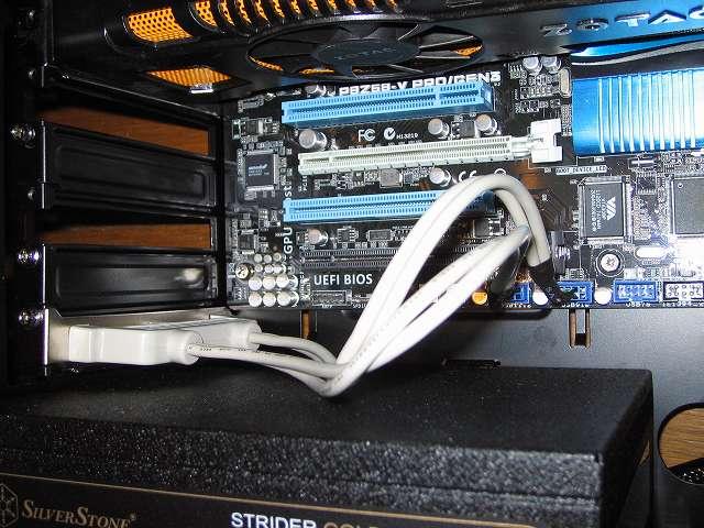 Ainex USB リアスロット 4ポート RS-004 を最下段の拡張スロットに取り付けた場合、内部ケーブルコネクタをマザーボードにつなげる際に、サウンドカードや 5 インチ I/O ドライブとつなぐ IDE ケーブルと接触してやりにくかったので、サウンドカードを外してから Ainex USB リアスロット 4ポート RS-004 内部ケーブルコネクタをマザーボードに接続