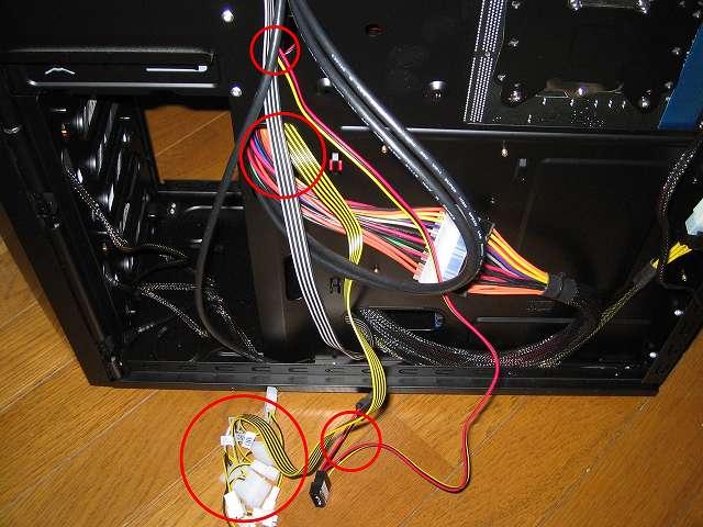 ファンコントローラー NZXT SENTRY 2 電源ケーブル・ファンケーブルをケーブルホールに通して裏配線する