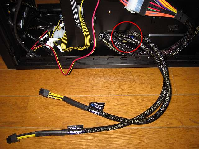 電源ユニット SilverStone STRIDER Gold Evolution SST-ST75F-G-E 6-Pin PCIE connector プラグインケーブル 2本をケース下段ケーブルホールに通す、電源ユニットのプラグインケーブルは取り回しにくいため、ケーブルホールにプラグインケーブルを通してから電源ユニットに接続したほうがやりやすい