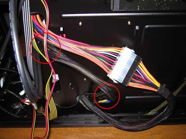 電源ユニット SilverStone STRIDER Gold Evolution SST-ST75F-G-E 6-Pin PCIE connector プラグインケーブル 2本をケース下段ケーブルホールに通した後、ケース中段ケーブルホールに通して余分な長さのケーブルを裏配線で隠す
