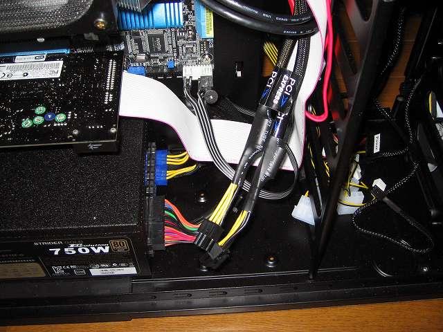 電源ユニット SilverStone STRIDER Gold Evolution SST-ST75F-G-E 6-Pin PCIE connector プラグインケーブル 2本をケース下段ケーブルホールに通した後、ケース中段ケーブルホールに通して余分な長さのケーブルを裏配線で隠す、ビデオカードの PCI Express 電源コネクタに接続できるようにしておく