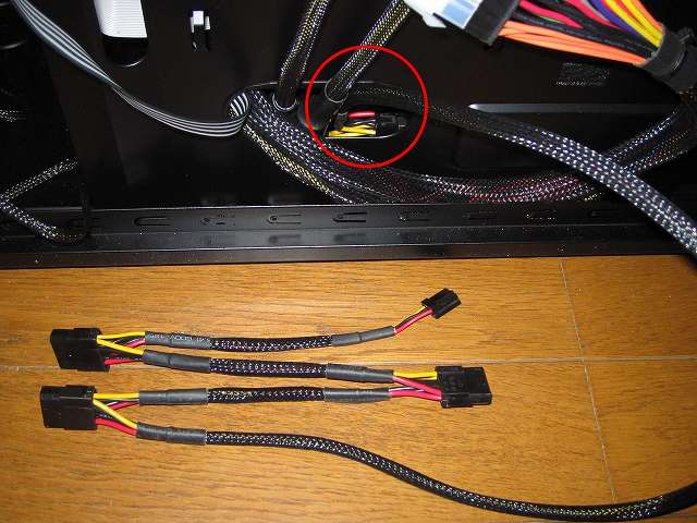 電源ユニット SilverStone STRIDER Gold Evolution SST-ST75F-G-E 3x4-Pin Peripheral connector+1x4-Pin Floppy connector プラグインケーブルをケース下段ケーブルホールに通す、このプラグインケーブルには DVD ドライブ 東芝サムスン SH-222BB+S、サウンドカード Creative Sound Blaster X-Fi Fatal1ty PCI Card 5インチベイ I/O ドライブ、ファンコントローラー NZXT SENTRY 2 をつなげる