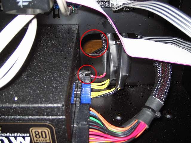 電源ユニット SilverStone STRIDER Gold Evolution SST-ST75F-G-E 3x4-Pin Peripheral connector+1x4-Pin Floppy connector プラグインケーブルをケース下段ケーブルホールに通して電源ユニット SilverStone STRIDER Gold Evolution SST-ST75F-G-E に接続、後で追加のプラグインケーブルが接続できるように奥側のコネクタにプラグインケーブルを接続