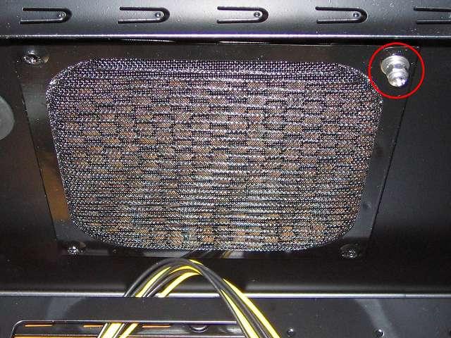 PC ケース Three Hundred Two AB 内側天板からステンレス なべ頭ビス・六角ナット M4・スプリングワッシャー M4・丸ワッシャー M4 でホコリ侵入防止のため Ainex アルミファンフィルター 140mm CFA-140A-BK を取り付ける、この時点ではまだファンフィルターを固定できないのでアルミファンフィルターとネジが落ちないよう手で押さえておく、CPU クーラーが非常に大きい Scythe グランド鎌クロス リビジョンB SCKC-2100 のため PC ケース天板にケースファン(トップファン)の取り付けはしない、PC ケース内側からファンフィルターを取り付けるのは PC ケース天板のファンガードが外側に凸面となっているため、アルミファンフィルターを取り付けるとネジが長くなるのと若干のすき間が発生するため