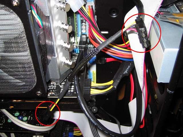 ケース中段ケーブルホールから電源ユニット SilverStone STRIDER Gold Evolution SST-ST75F-G-E 3x4-Pin Peripheral connector+1x4-Pin Floppy connector プラグインケーブルの 1x4-Pin Floppy connector、1x4-Pin Peripheral connector を PCケースに入れて、DVD ドライブ 東芝サムスン SH-222BB+S とサウンドカード Creative Sound Blaster X-Fi Fatal1ty PCI Card 5インチベイ I/O ドライブの電源コネクタに接続する、DVD ドライブ 東芝サムスン SH-222BB+S は SATA 電源コネクターで給電することになっているが、Ainex SATA 用電源変換ケーブル 下 L 型 WA-085L を取り付けてコネクタを変換しているため、プラグインケーブルのペリフェラルコネクターで接続可能