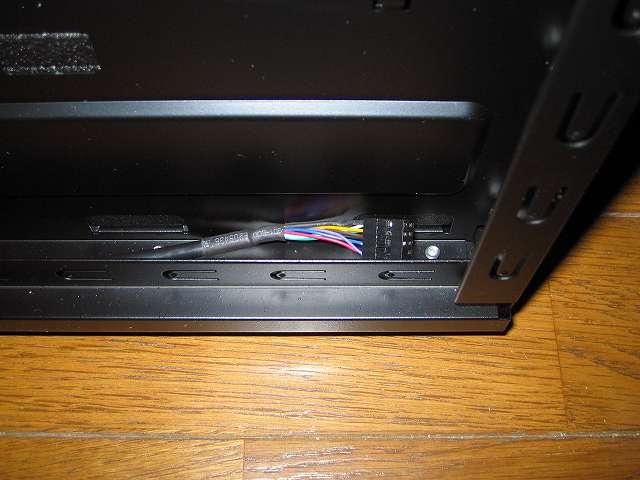 フロント I/O ポート オーディオケーブルは使わないため、PC ケース Antec Three Hundred Two AB 裏配線のすき間部分に隠す